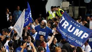 Seguiores de Binyiamin Netanyahu celebran el triunfo electoral del primer ministro con una pancarta con el nombre del presidente de EEUU, Donald Trump.