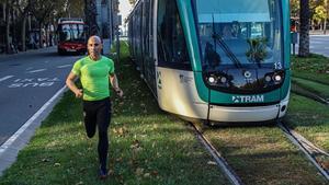 David March corre por la Diagonal junto a un tranvía rumbo a la parada de Francesc Macià.