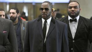 R. Kelly, con gafas oscuras y corbata, llegando al tribunal de Chicago, el pasado 7 de mayo.