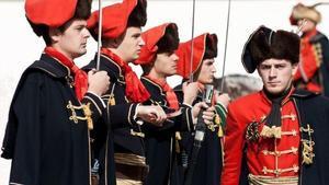 Regimiento croata con el uniforme tradicional, incluido el lazo que originó la corbata actual.