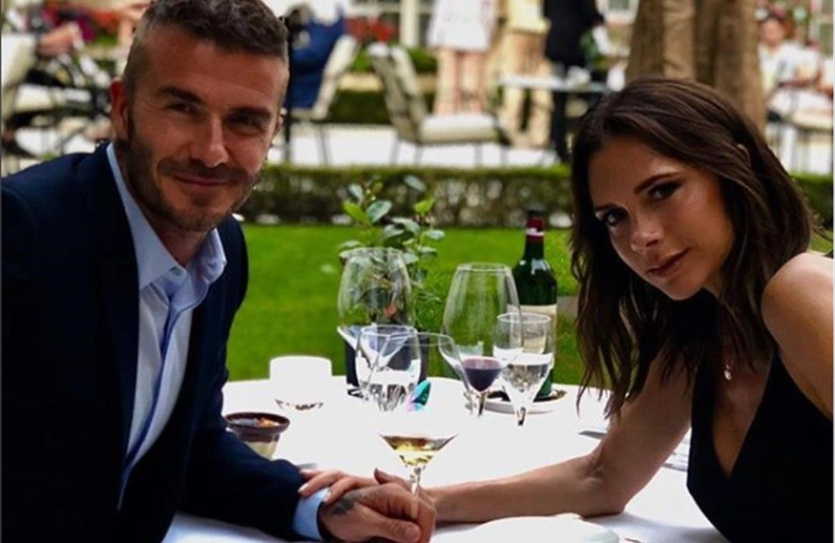 David y Victoria Beckham brindan por sus 19 años de matrimonio, en una cena romántica en París.