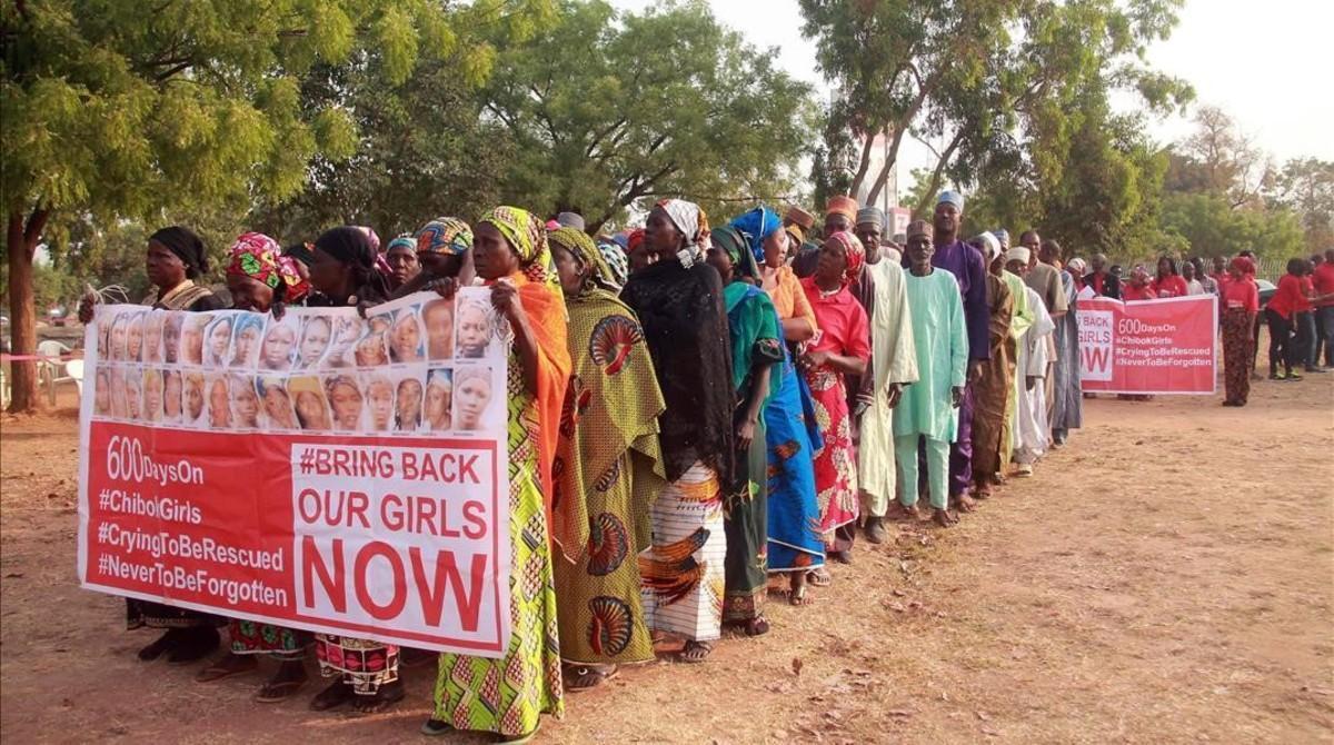 Miembros del movimiento de madres Bring Back Our Girls se manifiestan por la liberación de sus hijas, en Abuya (Nigeria), este jueves.