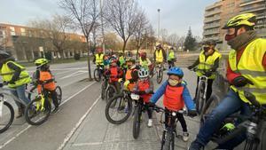 Voluntarios, motores e infantes en una de las paradas del Bus Bici en Vic