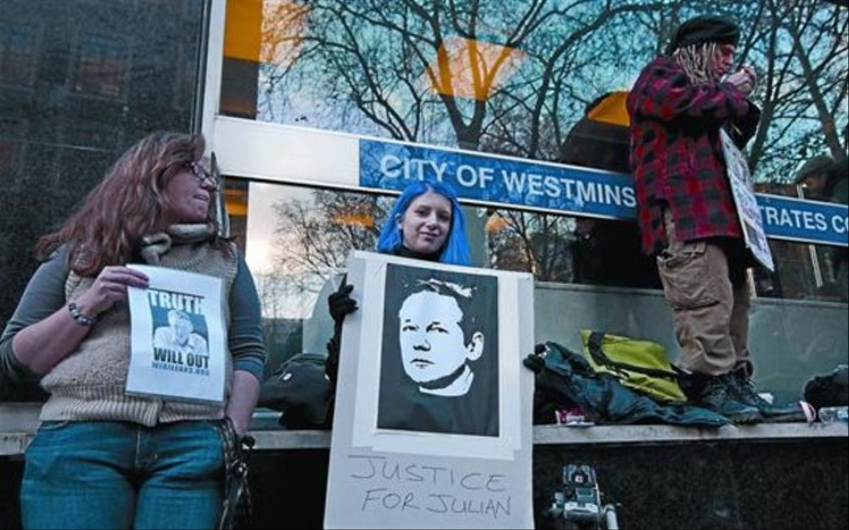 Seguidores de Assange, en el exterior del tribunal de Westminster.