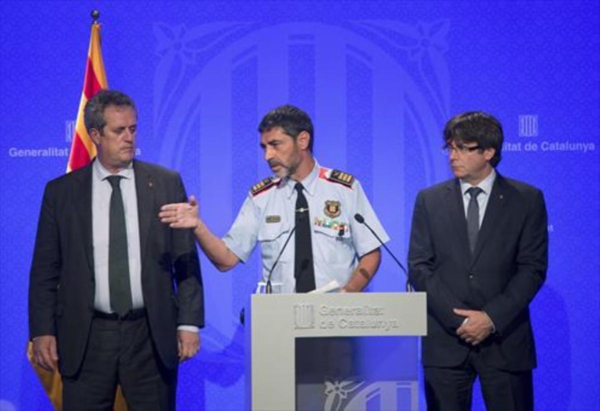 Josep Lluís Trapero con el 'conseller' Forn y el 'president' Puigdemont, ayer.