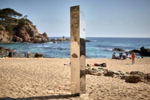 Aparece en una playa de la Costa Brava un monolito metálico