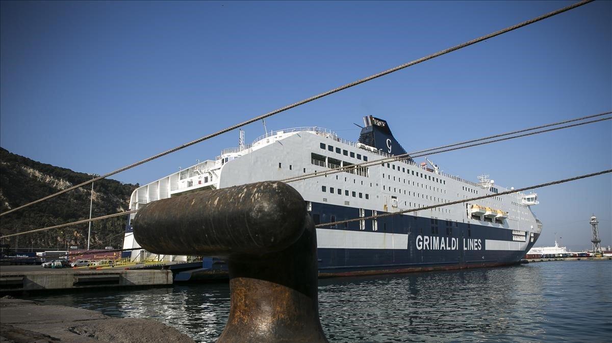 El ferry 'Cruise Roma', atracado en el puerto de Barcelona.