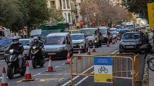 Colapso de vehículos en la calle Aragó por las obras del carril bici, este lunes.