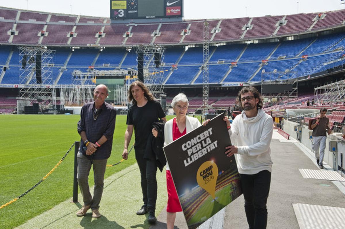 Lluís Llach, Muriel Casals, Lluís Danés y Gerard Quintana, en la presentación del concierto en el Camp Nou.