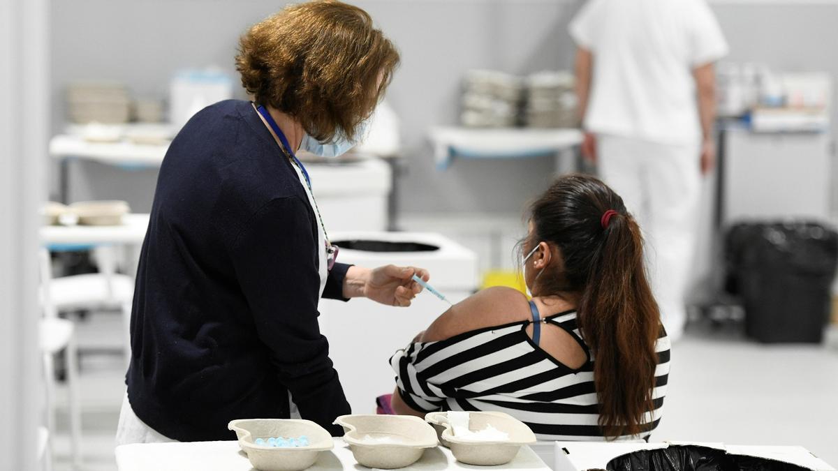Una enfermera del Hospital Zendal de Madrid administra una dosis de la vacuna de AstraZeneca, este lunes.