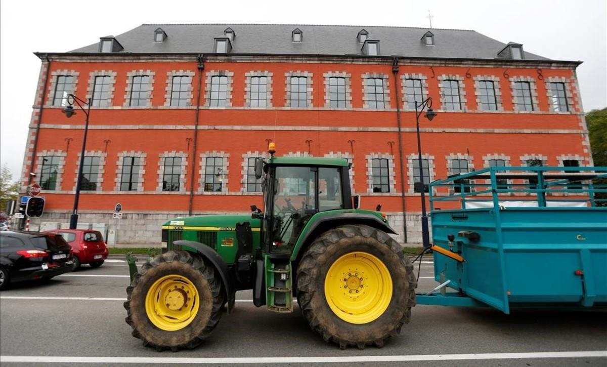 Protestas de agricultores contra el CETA ante el Parlamento de Valonia.