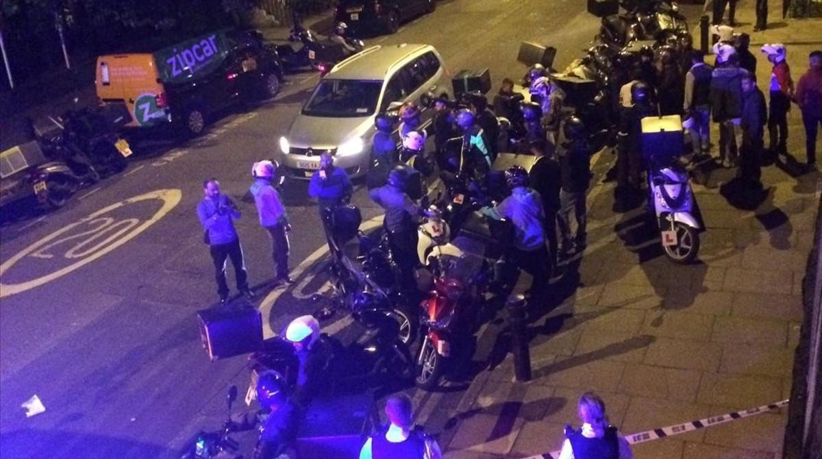 Los servicios de emergencias atienden a uno de los heridos en el ataque con ácido en Londres.