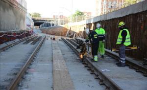 Lugar en el que se conectarán en diciembre las actuales vías de la R-1 (al fondo, más elevadas) con las que entran en la estructura de la estación del AVE.