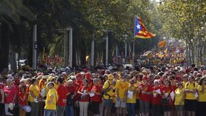 Els participants comencen a formar les franges de la senyera a la plaça de les Glòries, aquest dijous.