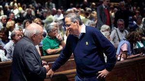 GRAF5611. BARCELONA, 05/10/2019.- El presidente de la Generalitat, Quim Torra (d), conversa con el expresident, Jordi Pujol, durante una plegaria en solidaridad con los encausados del 1-O, este sábado en la Basílica de Montserrat. EFE/Susanna Sáez