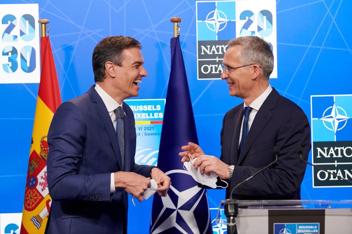 El presidente del Gobierno, Pedro Sánchez, y el secretario general de la OTAN, Jens Stoltenberg, durante su rueda de prensa conjunta, este 14 de junio en Bruselas, al término de la cumbre de la Alianza Atlántica.