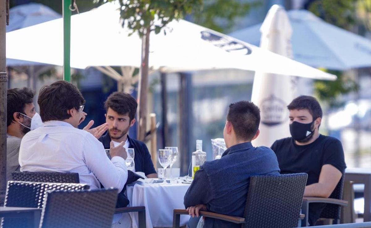 Un grupo de chicos en una terraza en un bar de Madrid.