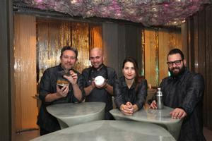 Albert Adrià (esquerra) al costat d'Oliver Peña, Cristina Losada i Marc Álvarez. La planxa d'Enigma i l'espai destinat a menjador..