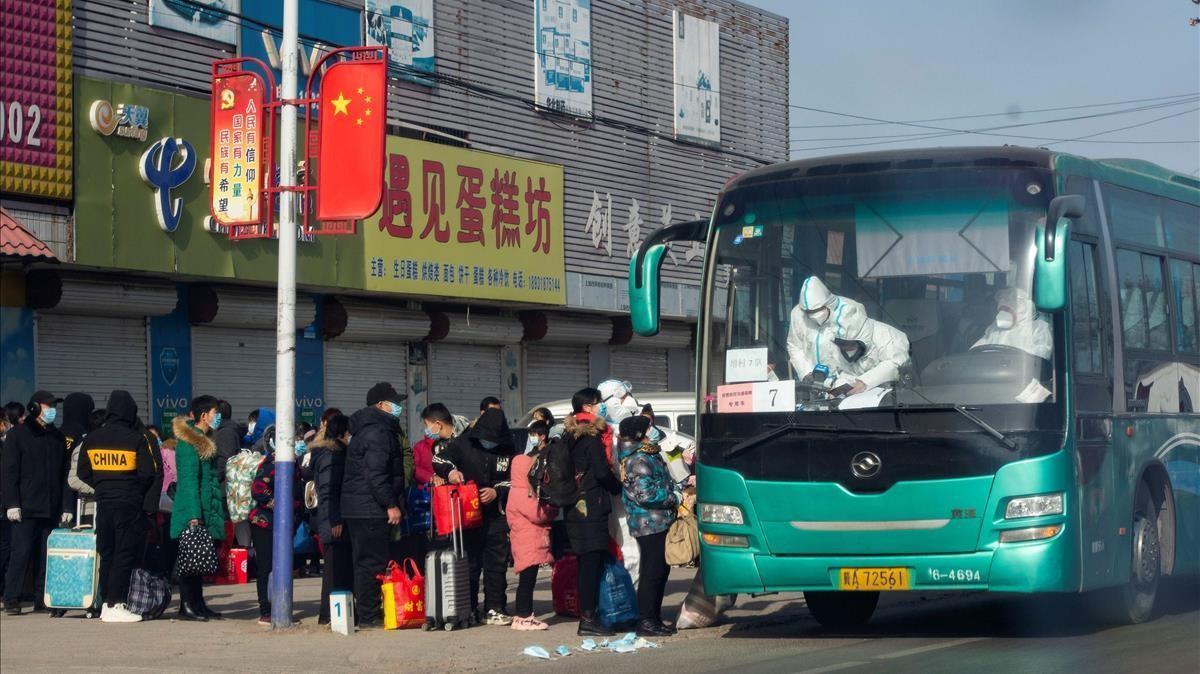 Vecinos del distrito de Gaocheng toman un autocar para dirigirse a Shijiazhuang, en la provincia de Hebei, para pasar ahí una cuarentena.