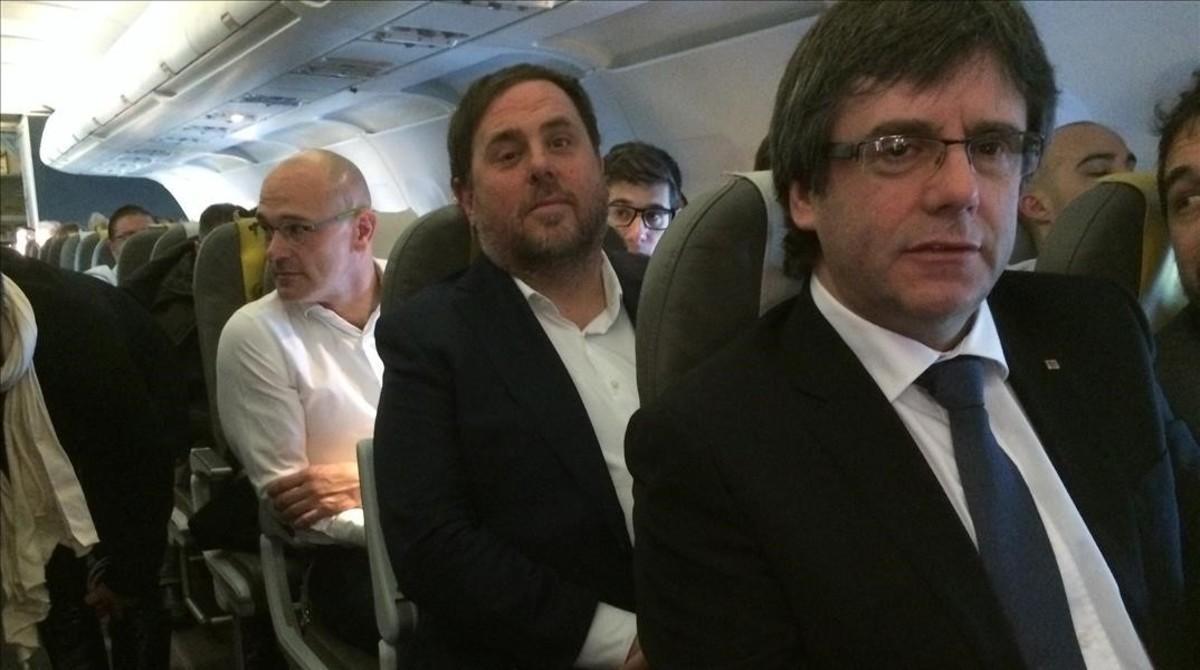 Carles Puigdemont y Oriol Junqueras (detrás, el 'exconseller' Raul Romeva), en un viaje a Bruselas para dar una conferencia en enero del 2017.