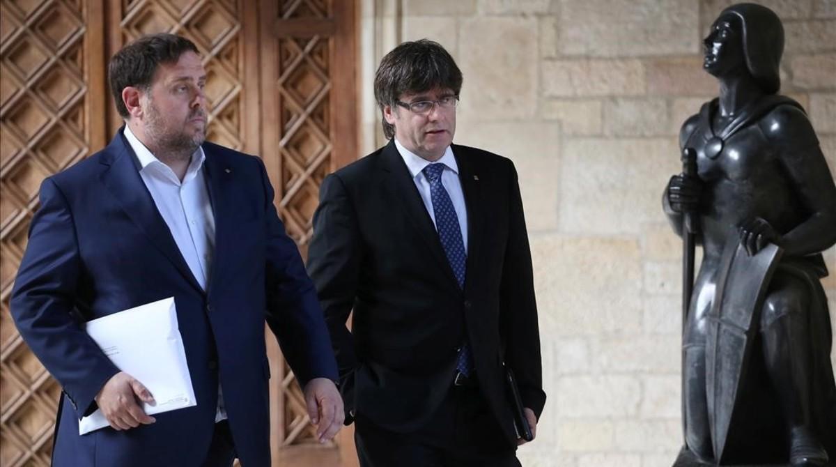 Oriol Junqueras y Carles Puigdemont se dirigen a una reunión del Consell Executiu, el pasado 25 de abril.