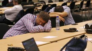 Un grupo de periodistas descansa a la espera del fin de una cumbre de líderes de la Unión Europea