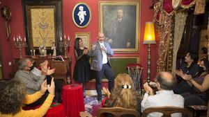 Los magos Gisell y Luko Corleone, durante una sesión de La Clandestina en un piso secreto.