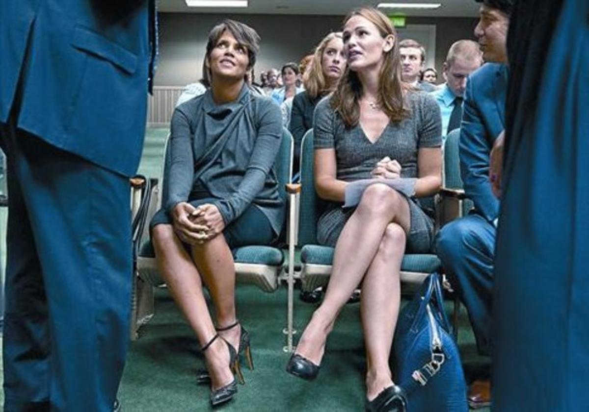 Halle Berry y Jennifer Garner, antes de declarar en el Capitolio, en Sacramento, capital de California, el martes.