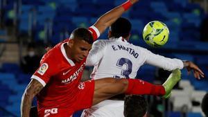Militao, de espaldas junto a Diego Carlos, toca el balón con el brazo.