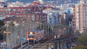 Un tren circula por la cicatriz de L'Hospitalet de Llobregat, ciudad partida en dos por el ferrocarril