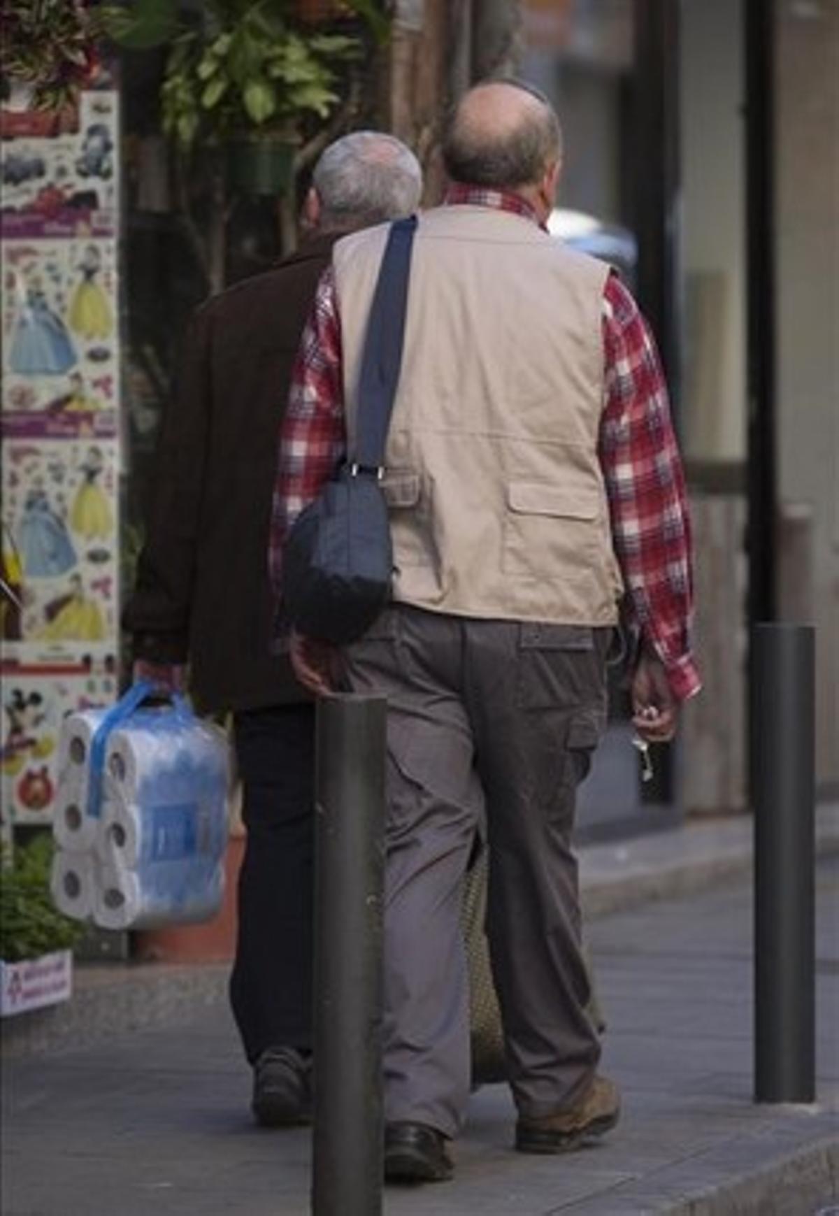 El exmaestro de los MaristasA. F., con camisa a cuadros, sale de su casa en un barrio popular del área metropolitana de Barcelona, este miércoles por la mañana, tras conversar conEL PERIÓDICO.