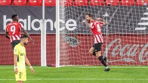 El jugador del Athletic Íñigo Martínez (c) celebra el gol de la victoria ante el Atlético.