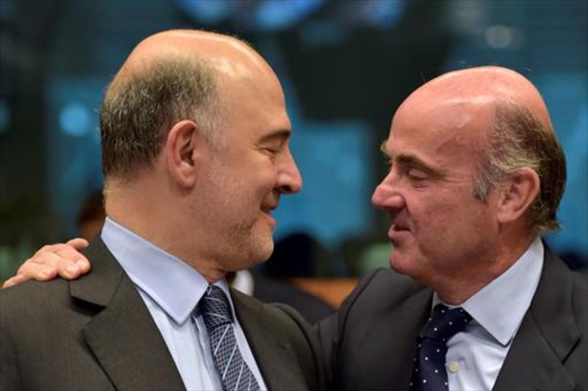 El comisario europeo de Finanzas, Pierre Moscovici, y el ministro de Economía,Luis de Guindos, en Bruselas.