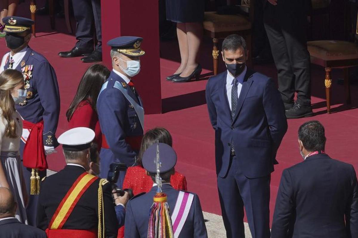 El presidente del Gobierno, Pedro Sánchez, charla con el rey Felipe VI durante el desfile militar con motivo de la Fiesta Nacional de este 12 de octubre de 2021.