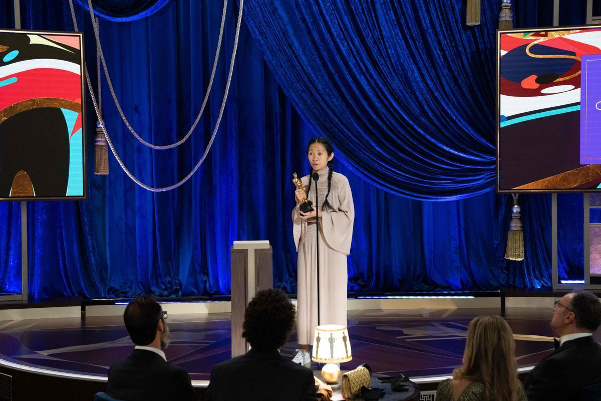 Chloe Zhao, con el Oscar a la mejor directora con 'Nomadland'.