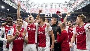Los jugadores del Ajax, tras el último partido de muchos de ellos en el Johan Cruyff Arena.
