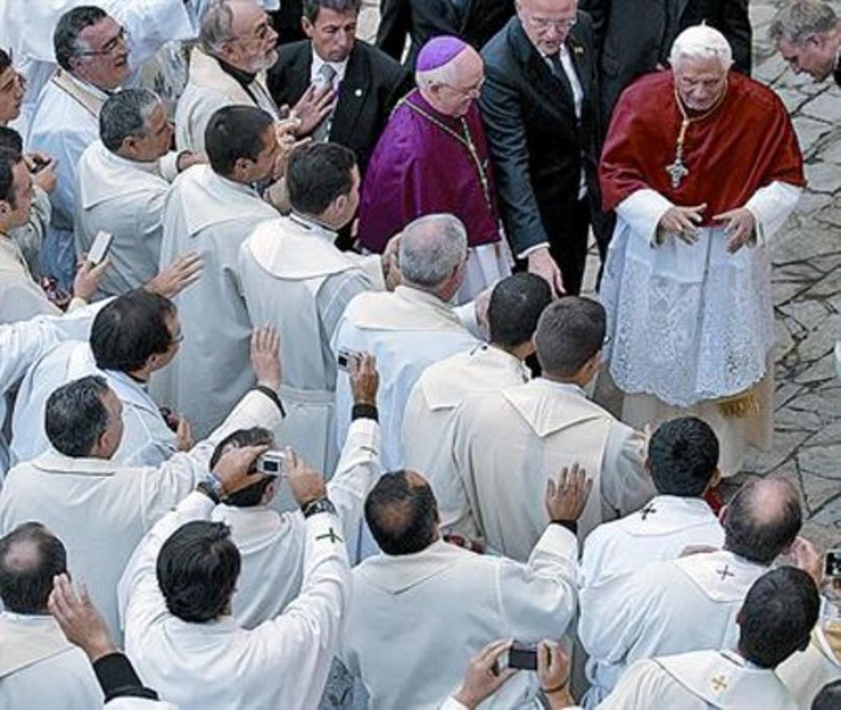 Un grupo de religiosos aclaman y fotografían al Papa, ayer en Santiago.