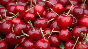 Un plato de cerezas frescas