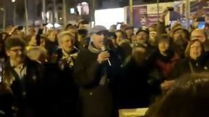 Lluís Llach canta 'L'estaca' en el 130 día de corte de la Meridiana.