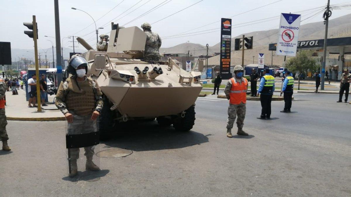 Militares peruanos resguardan las calles de Lima.