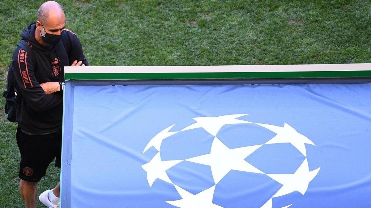 Pep Guardiola, sobre el césped del estadio José Alvalade antes de la sesión de entrenamiento previa al duelo ante el Lyon.