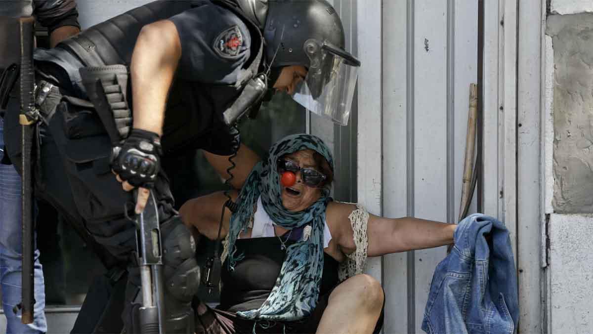 Una batalla campal desatada en los alrededores del Parlamento, con decenas de heridos y detenidos, rodean hoy el tenso debate de la polémica reforma del sistema de pensiones que impulsa el Gobierno de Mauricio Macri.