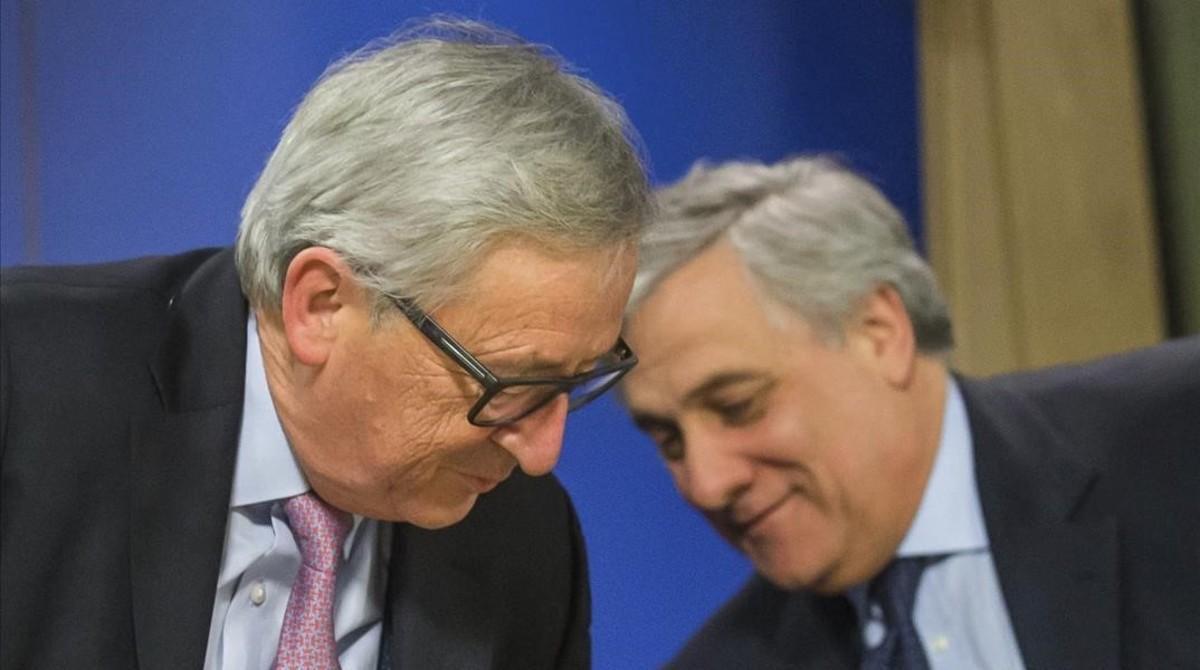 Juncker y el presidente del Parlamento Europeo, Antonio Tajani, tras la presentación del Libro blanco.