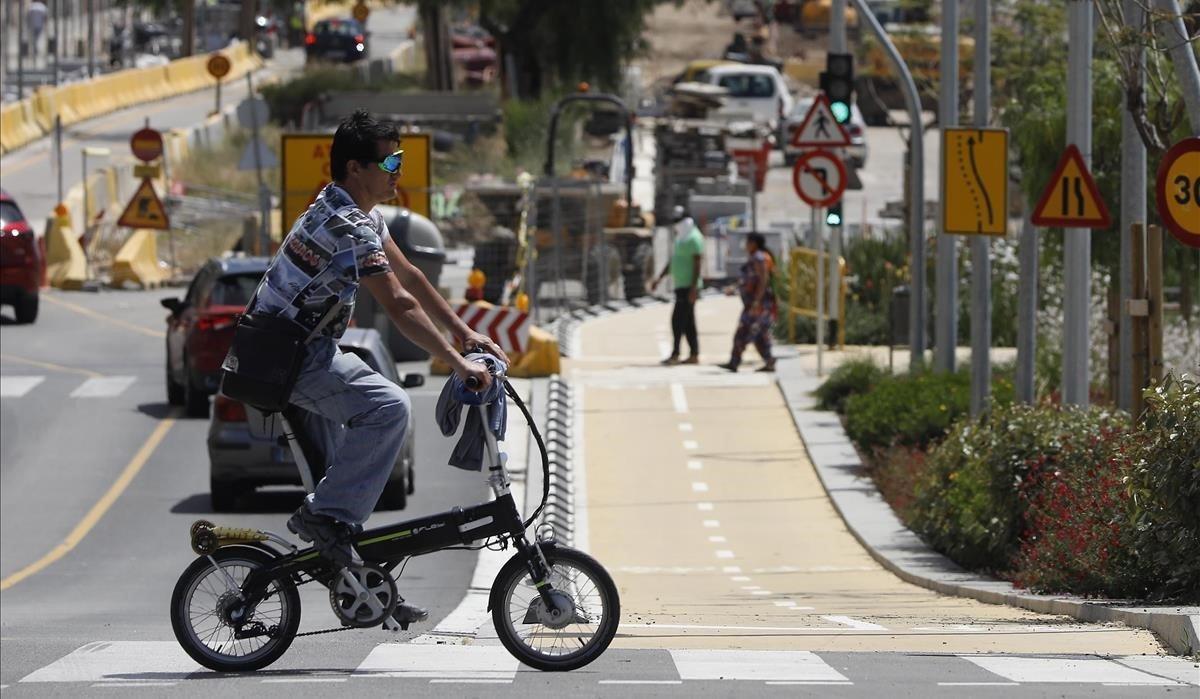 Santa Coloma talla el trànsit a 25 carrers per garantir la distància social