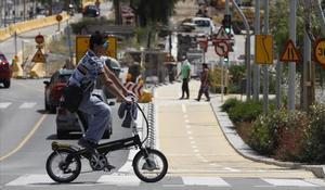 Un hombre circula con su bicicleta por el nuevo carril bici de la avenida de Salzareda, en Santa Coloma de Gramenet.