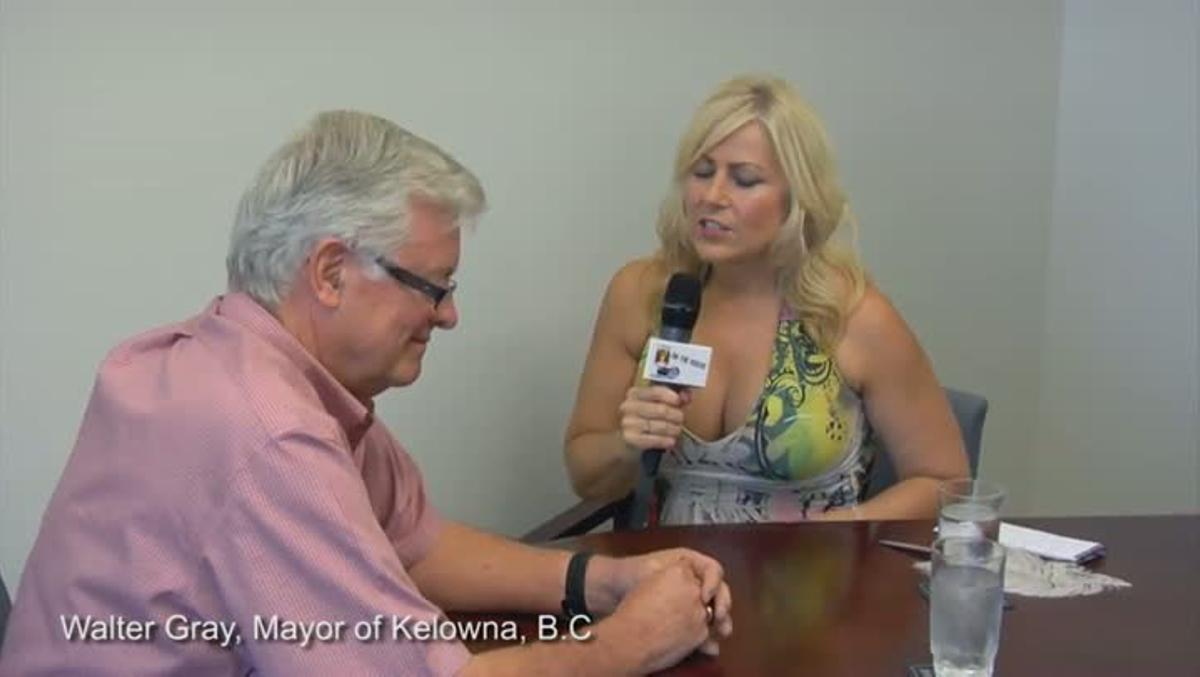 Una periodista entrevista a un alcalde canadiense mientras hace toples