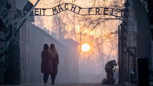 Entrada al campo de exterminio nazi de Auschwitz, en la que se mantiene el cartel de 'El trabajo os hará libres'.