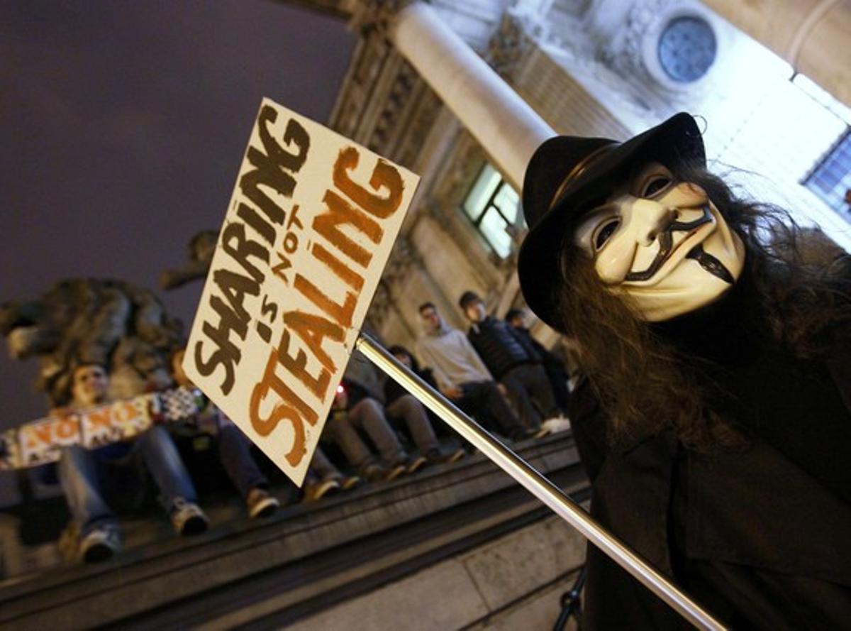 Un miembro de Anonymous se manifiesta en Bruselas (Bélgica) este sábado.