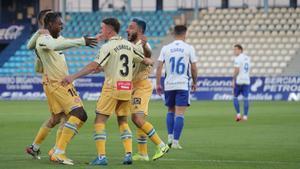 Dimata celebra un gol junto a Pedrosa y Vargas.