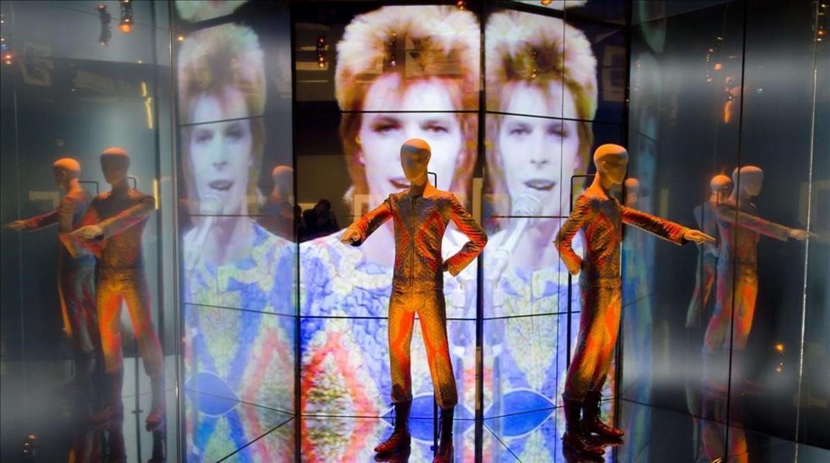 Detalle de la exposición 'David Bowie is', en el Victoria and Albert Museum de Londres, que llegará al Museu del Disseny en primavera.